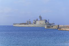 Старый воинский линкор с радиолокатором на голубом море состыковал на Марине стоковая фотография rf