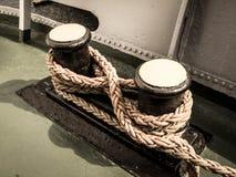 Старый ворот с веревочкой корабля стоковая фотография