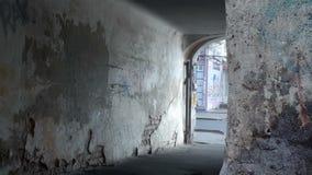 Старый двор Горизонтальное движение камеры, здание старо, свод в доме, старые выдержанные стены, упаденный гипсолит, кирпичи, 108 видеоматериал