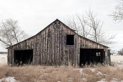Старый выдержанный классический амбар в зиме страны фермы Стоковые Фотографии RF