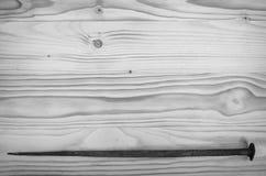 Старый выкованный ноготь на деревянном столе стоковые изображения rf