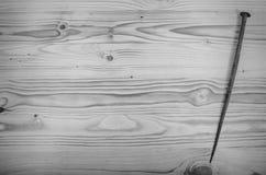 Старый выкованный ноготь на деревянном столе стоковое изображение rf