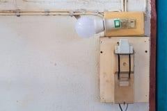 Старый выключатель безопасности электропитания и свет приведенный с ou гнезда Стоковая Фотография