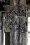 Старый высекать показывающ льва воюя слона на Embekke Devale Стоковое Изображение RF