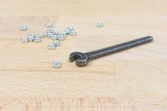 Старый гаечный ключ на деревянном столе Стоковые Фото