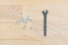 Старый гаечный ключ на деревянном столе Стоковое Изображение RF