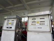 Старый газовый насос без примеси свинца в здании Стоковая Фотография RF