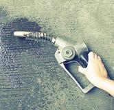 Старый газовый насос, масло расточительствуя на земле (винтажный стиль и нет влияния Стоковые Фото