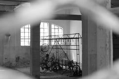 Старый гараж в городе стоковая фотография