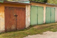 Старый гараж кирпича Место для парковки для автомобилей Места для парковки в старой части городка Стоковое Изображение RF