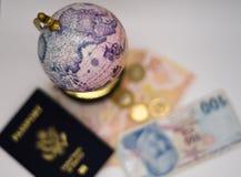 Старый глобус и мир путешествуют сегодня стоковые изображения