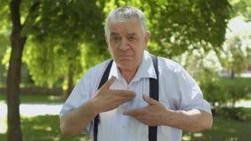 Старый глухой-безгласный человек говоря к камере - слышать нас, мы и мы любим вас акции видеоматериалы