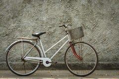 Старый год сбора винограда велосипеда с бетоном фона стены Стоковое Изображение