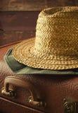 Старый год сбора винограда, ретро чемодан и шляпы на темной предпосылке Тонизированная концепция перемещения, Стоковое Изображение