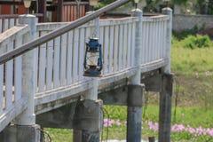 Старый голубой ржавый фонарик в саде Стоковые Фото