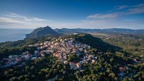 Старый городок между морем и горами на центральном Корфу Греции Стоковые Фото