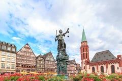 Старый городок с статуей Justitia в Франкфурте стоковые фото