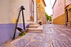 Старый городок улицы камня Krk и старый взгляд анкера Стоковое Изображение RF
