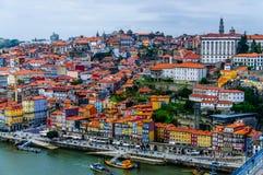 Старый городской пейзаж домов Порту на реке Дуэро стоковое изображение rf