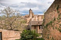 Старый городской пейзаж Urbino на тускловатом дне Стоковое Изображение RF