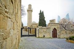 Старый город в Баку на пламени предпосылки возвышается Мечеть в дворце Shirvanshahs в Баку пустословия стоковая фотография