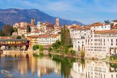 Старый город отражая в реке стоковые изображения rf