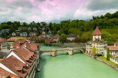 Старый город Bern, Швейцарии с рекой Aare на день overcast Стоковые Фото