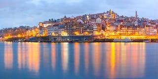 Старый городок Порту во время голубого часа, Португалии Стоковая Фотография