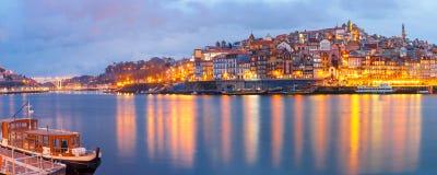 Старый городок Порту во время голубого часа, Португалии Стоковые Фото
