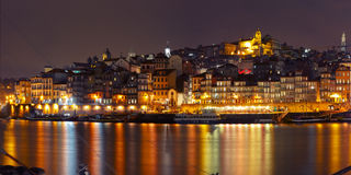 Старый городок Порту во время голубого часа, Португалии Стоковые Изображения RF