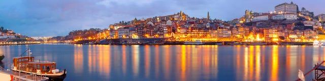 Старый городок Порту во время голубого часа, Португалии Стоковое фото RF