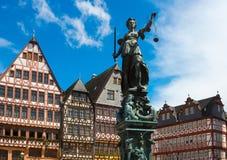 Старый городок с статуей Justitia в Франкфурте стоковые изображения