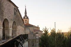 Старый городок с церковью в предпосылке Стоковые Изображения RF