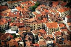 Старый городок Kotor, Черногория - дома с красными крышами Стоковое Фото