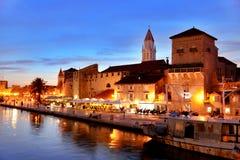 Старый городок Trogir в Далмации, Хорватии к ноча стоковое изображение