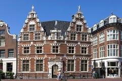 Старый голландский здание муниципалитет и люди в Hoorn Стоковые Изображения RF
