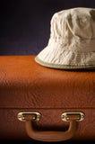 Старый год сбора винограда, ретро чемодан и шляпы на темной предпосылке перемещение карты dublin принципиальной схемы города авто Стоковая Фотография