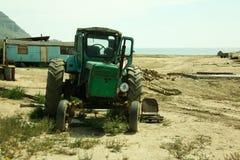 Старый голубой трактор Беларуси на земле Стоковое Изображение RF