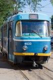 Старый голубой трамвай идя рельсом Стоковое фото RF