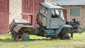 Старый демонтированный покинутый взгляд со стороны трактора Стоковое Фото