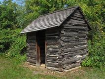 Старый деревенский деревянный outhouse журнала. стоковое фото