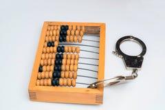 Старый деревянный абакус с прикрепленными наручниками на белой предпосылке Стоковая Фотография RF