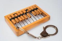 Старый деревянный абакус с прикрепленными наручниками на белой предпосылке Стоковое Фото
