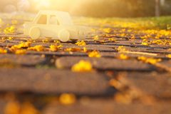 старый деревянный автомобиль игрушки на дороге outdoors в парке на заходе солнца ностальгия и концепция простоты стоковое изображение