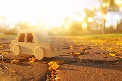 старый деревянный автомобиль игрушки на дороге outdoors в парке на заходе солнца ностальгия и концепция простоты стоковые изображения