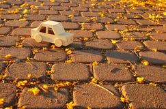 старый деревянный автомобиль игрушки на дороге outdoors в парке на заходе солнца ностальгия и концепция простоты стоковое фото rf