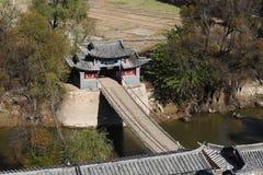 Старый деревянный висячий мост вдоль старого южного шелкового пути в деревне Shigu в провинции Юньнань, Китая стоковые изображения