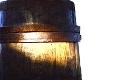 Старый деревянный выкованный бочонок стоковое фото rf