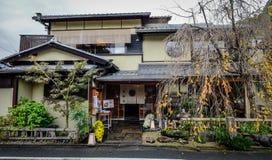 Старый деревянный дом в Киото, Японии стоковые изображения