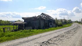 Старый деревянный дом в классической русской деревне Стоковая Фотография